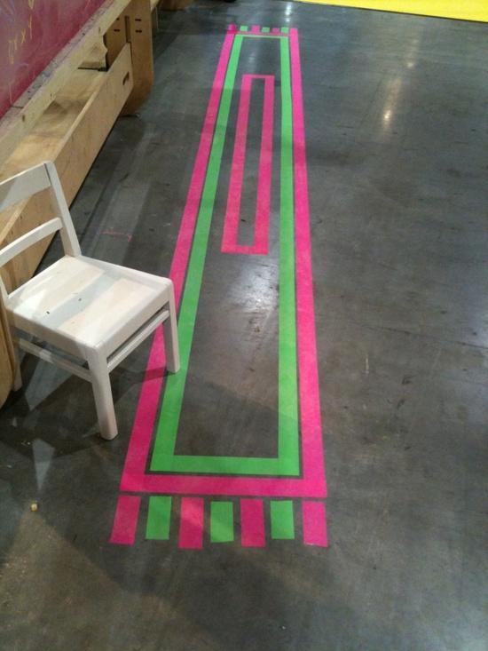 detalle fluorescente en el suelo