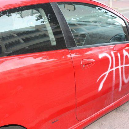 Soluciones para eliminar pintadas de spray en un coche