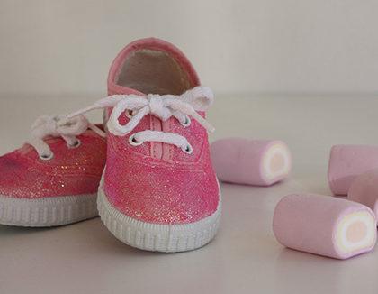 Customiza tus viejas zapatillas con purpurina