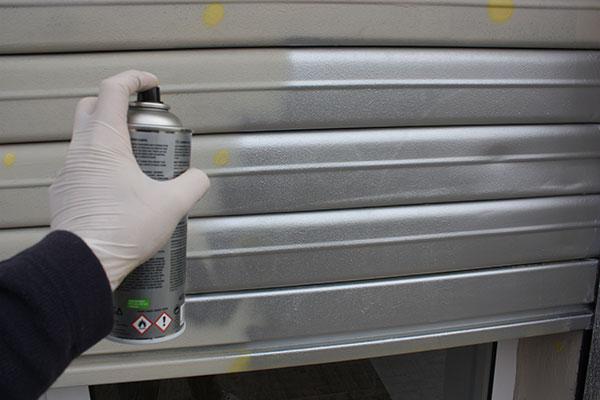 Como pintar la persiana met lica de un local - Pintura para aluminio en spray ...