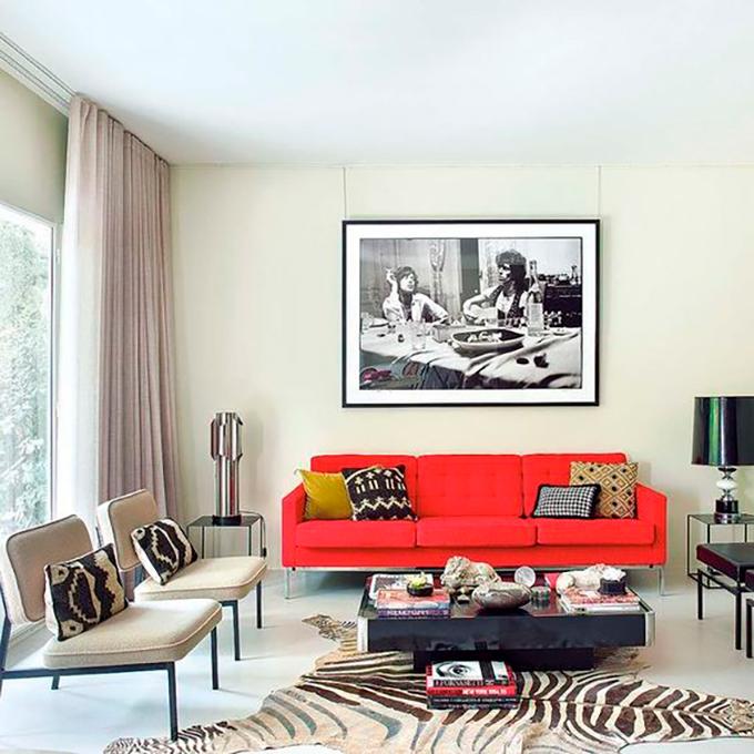 El rojo es nuestro nuevo color del mes - Salon con sofa rojo ...
