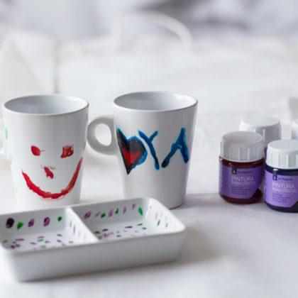 Pintar tazas de cerámica como regalo exprés para el Día de la Madre
