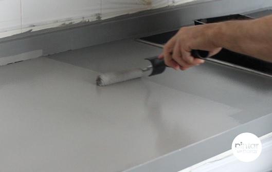 Aplicar pintura encimeras con rodillo